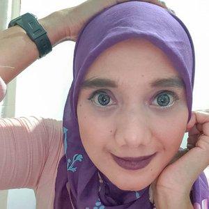 Multifungsi dari @id.oriflame bisa buat dipake lipstik, eyeshadow dan blush on. Kali ini aku pake warna Purple dan pengen besok lebih bereksplore lagi gambar diwajah.  Kalo rias2 begini pekerjaan dirumah selesai hahaha dan kerjaan konten juga selesai kalo kagak kayak dikejar2 utang hahaha. Selamat Hari Rabu semoga selalu diberikan rezeki lancar pada saat Pandemi ini. Aamiin • • • #face #beautyblogger #beautyinfluencer #makeup #oriflame  #2020 #adobelightroom #tonekillers #preset #igotd #FullSpeedFlagship #DareToLeap #clozetteid  #pk_rabuberkah
