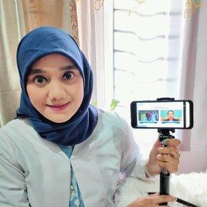"""Hallo moms hari senin tanggal 20 Juli 2020 aku hadir dalam acara Seminar Digital """"Nutrisi untuk Imunitas, kunci Tumbuh Kembang Optimal"""" yang diselenggarakan oleh @nutriclub_idSelain itu hadir juga 2 narasumber yaitu : - Prof. Yvan Vandeplas, MD, Phd selaku Head Of Departement of Pediatrics- Dr. dr. Ariani Dewi Widodo, Sp, A(K) Dari sesi ini aku belajar bahwa ternyata sistem imun sangatlah penting untuk tumbuh kembang anak. Salah satu bagian yang berhubungan dengan imunitas anak adalah saluran pencernaan, hal ini juga berhubungan dengan pembentukan fondasi masa depan bangsa yang berkualitas. Imunitas sendiri dibagi 2 yaitu : 1. Segera sifatnya yang dibawa dari lahir seperti fisik, mekanisme pertahanan dan respon umum. Kalo fisik seperti kulit, air ludah dan keringat. 2. Sedangkan adaptif (di dapat) sifatnya setelah lahir dinamakan antibodi. Adapun nutrisi khususnya mengambil peran besar dalam menentukan keseimbangan mikro bioma yang ada didalam usus loh! Salah satu nutrisi yang perlu mampu membantu mendukung daya tahan tubuh sang anak adalah dengan konsumsi kombinasi prebiotik FOS dan GPS nih moms! Dikatakan oleh Bpk. Arif Mujahidin selaku Coorporate Communication Director Danone Indonesia yang dimana Imunitas dan Nutrisi begitu penting karena anak2 bagian dari kita, anak2 yang menjadi kita dikemudian nanti bagi penerus kita. Manusia membutuhkan nutrisi dari makanan ke dalam tubuh, nutrisinya si kecil dan bisa diserap oleh tubuh. Imunitas dan pola asuh anak merupakan topik yang menjadi komitmen dari Nutriclub untuk diperhatikan dan bisa mengunjungi di www.nutriclub.idUntuk lebih jelas lagi aku bahas tuntas mengenai tumbuh kembang anak optimal di blog aku di www.farahdjafar.com@nutriclub_id#BeResilient #ResilientTogether#2020 #adobelightroom #tonekillers #preset #igotd #FullSpeedFlagship #DareToLeap #clozetteid"""