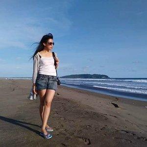 Sandal jepit biru ini harganya hanya 20ribu (bisa ditawar 15rb, tapi ga usalah, da penjualnya baik, sambil dikasi bonus kelapa segar). Nyaman dan empuk dipakai, bikin  acara liburan makin seru!  #clozetteid #StarClozetter #beachgirl #travelmore #wonderfulindonesia #pantaipangandaran #holiday #indonesia #beach