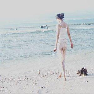 Selamat pagiiii, selamat hari Minggu.... Mending berjemur atau berenang? . . #Indonesia #pangandaran #beach #exploreindonesia #wonderfulindonesia #clozetteid #starclozetter #clozette #travelbloggerindonesia #instaholiday #vitaminsea