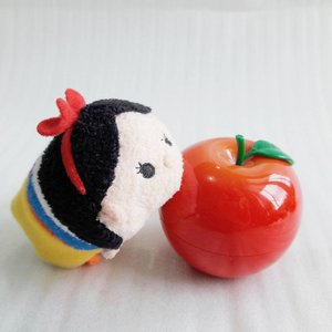 An apple a day, keeps the doctor away~ . . . . Except for snow white~ lol . #clozetteid #beautyblogger #beautybloggerid #bblogger #bbloggers #handcream #snowwhite #tonymoly