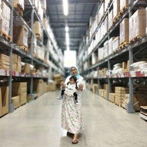 Kewajiban kalau ke @ikea_id, foto di lorong layanan mandiri 😄 Yang tanya gendongannya dari @babyktanid, posisinya bisa buat hadap depan, jadi tenang aja ngajak Calla lihat-lihat luasnya IKEA. . . . #IKEA #ShareYourLove #ikeaindonesia #clozetteID