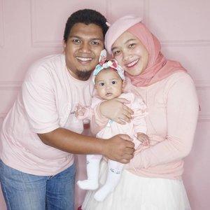 Hayo Calla mirip siapa? Papah apa mamahnya ya?🌸🌸🌸🌸🌸🌸🌸🌸🌸🌸🌸Tips aja ni bu ebu, cari pasangan yang gak rewel kalau diajak kembaran, apalagi kalau kembarannya pink 😝😝😝...#pinkfamily #CallaLilyPermata #5monthold #dailylife #familypotrait #clozetteID