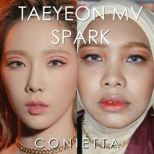 Mukanya rada maksa disandingin sama @taeyeon_ss 😝 Btw dulu banget aku emang suka bikin makeup ala MV KPop gitu, cuma dulu aku tulis di blog karena belum ngetrend video IG. Terus kebetulan punya background yang model percikan api gini, sayang kalau gak dipake ya khan. Kali ini terinspirasi dari makeup MV terbarunya @taeyeon_ss yaitu Spark, lagunya bagus bikin semangat banget!Produk yang aku gunakan :✨@x2softlens Glam Aquamarine.✨@silkygirl_id Magic BB Cushion 02 Natural Medium.✨@altheakorea Flawless Creamy Concealer 03 Honey.✨@focallurebeauty Endless Possibilities palette.✨@venuscosmeticind Soft Matte Lip Cream 08 Myscelia.✨@minisoindo 3in1 Eyebrow Eyeliner.✨@venuscosmeticind Ultimate Volume Mascara.✨@mybeautypediaid Catrice Kohl Kajal You're My Rosen One✨@mybeautypediaid Catrice Artist Shading Palette 020✨@apieu_cosmetics Parfume Signal Peony✨@altheakorea Watercolor Cream Tint Peach Cream...#coniettadaily #tutorialbyconietta #KpopMakeup #MVmakeup #tutorialmakeup #clozetteID