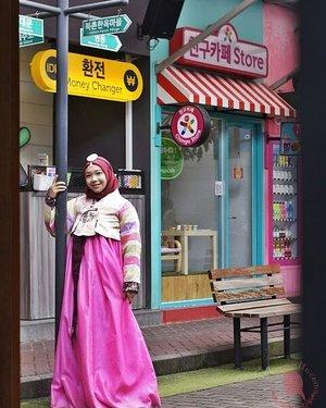 "Conietta ke Seoul yee 🇰🇷🇰🇷🇰🇷 Gak deng, ini baru ke ""mini Seoul"" yang ada di Bandung. Namanya Chingu cafe yang didalamnya ada Chagiya Korean Suki & BBQ yang disetting kayak lagi di Dongdaemun street. Yang mau baca-baca ceritanya langsung aja ke http://bit.ly/ChinguCafeBandung Psst jangan kaget di foto terakhir kita kayak kembar siam yang sama-sama lebar badannya hahaha#ConiettaCimund #dailylife #ChinguCafe #shortgetaway #randomtalks #clozetteid #beautybloggerid #Hanbok #koreanhanbok"