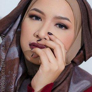 90's vibe 😙🎧💾 details :  Face : - @revlonid Colorstay Foundation 240 Medium Beige - MAC Studio Fix Powder Plus NC30 - @revlonid Naturally Glamorous Blush On 37 Naturally Nude - @anastasiabeverlyhills Contour Kit - MAC Fix Plus  Eyes : - @makeupforeverid Aqua Brow #25 - @anastasiabeverlyhills Shadow Couture Palette shade Fudge, Morocco, Soft Peach - Urban Decay 24/7 Glide On Pencil Eyeliner in Crave - @lavielash : Rosie  Lips : - @revlonid Matte Lipstick 009 Fabulous Fig  Nail : - @revlonid 903 Hot For Chocolate  #merilla_may #looxperiments #fotd #90s #90smakeup #clozetteid #hijaberscommunity #beautyblogger #revlon #colorstay #anastasiabeverlyhills #wakeupandmakeup #makeupfanatic1 #brian_champagne