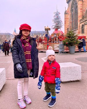 -3 degrees and foggy all day long — that's what happened when we're in #Colmar. Despite the super cold weather, this little town in #Alsace is really beautiful. Must visit at Christmas season, especially if you're #travelingwithkids 🎄🎠 . . . . . #igtravel #travelgram #traveltheworld #traveladdict #travelingfamily #travelingkids #AureliaGW #WinstonGW #christmastime #winterwonderland #instacolmar #visitalsace #europetravel #colmarfrance #likes #follow #blogger #travelblogger #bloggermom #wanderlust #ClozetteID #TheWibowoGoesToEurope