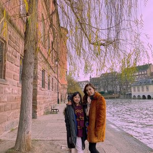 Mom and daughter👩👧 or sisters 👭🏻??? . . . . . #igphoto #igtravel #travelgram #travelphoto #travelingfamily #travelingkids #petitefrance #strasbourg #visitstrasbourg #europetrip #beautifuldestinations #like #follow #blogger #travelblogger #travelblog #wanderlust #ClozetteID #StellangelitaInFrance #StellangelitaInEurope #TheWibowoGoesToEurope #AureliaGW