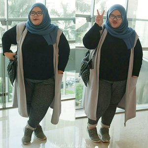 Snob outside darling inside.Long sleeve : @mysizestoreLing outer : customized made by my momJogger pants : @hm (that's too long so I folded)Sneakers : @nikeHijab : unbrandedBag : unbranded#ootd #outfitoftheday #ootdbigsize #ootdbigsizeindo #plussizeootd #plussizehijabi #curvy #effyourbeautystandards #embraceyourcurves #throwback #throwbackthursday #tbt #iloveme #lovemyself #hijabers #clozetteid #오늘의의상 #애교폭발