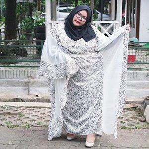 Hayoo bentar lagi Lebaran *padahal masih 12 hari lagi haha anaknya terlalu eksaitit* udah pada punya baju Lebaran belum? Biasanya kalo Lebaran identik dengan kaftan, tapi lagi-lagi sayangnya kaftan yang ada di pasaran nggak pernah ada ukuran gede, selalu all size. Kalopun ada modelnya heboh banget dan ngepas banget di badan plusss menerawang jadi kalo pake yang pake hijab agak risih pake yang menerawang+ketat.Tapi @saiznya dengan berbaik hati menjawab kebutuhan para wanita-wanita gendatsss yang mau tampil cantik saat Hari Raya. Suka banget modelnya dan  motif kaftannya pun nggak terlalu ramai. Yang penasaran cus kepoin @saiznya *they sell other cool clothes as well! Bomber jacket, dress, blazer, etc*. Wear what do you want, not the other wants to see. Because it's your life! •••📷: @fachryabdis •••#ootd #ootdbigsizeindo #kaftan #kaftanbigsize #effyourbodystandards #lovemyself #bigsizeootd #bigandbeautiful #bigandblunt #clozetteid #nocyberbullying #stopbodyshaming #curvyasian #skorch #iloveme #iamnoangel #plussizefashion #fullfigured #금요일 #주말 #패션스타그램 #패션 #플러스사이즈 #좋은날 #라마단 #인스타패션