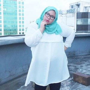 I was afraid wearing any kind of white because I think it will make me look like a whale 🐳. Again, it's just another stereotype. I wear whatever I want, just like I wear white tunic from @lifeflowershop. Surprisingly it hides my biggy fat belly lol. And I also love the cutting! Thank youu @lifeflowershop 😘😘😘.•••📷: @mayasfrTim hore: @mustindalusy @andiannisadr 😄😄••••#ootd #ootdbigsizeindo #effyourbodystandards #lovemyself #bigsizeootd #bigandbeautiful #bigandblunt #clozetteid #nocyberbullying #stopbodyshaming #curvyasian #skorch #iloveme #iamnoangel #plussizefashion #fullfigured #금요일 #주말 #패션스타그램 #패션 #플러스사이즈 #좋은날 #라마단 #인스타패션