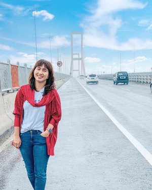 Main ke Madura demi Bebek Sinjay yang antrinya 1,5 jam itu. 😂 . . . . . #bridge #weekendgetaway #suramadu #surabaya #madura #eastjava #vacation #scenery #red #travel #travelgram #instatravel #shotoniphone #vscofilter #ootd #whpgetlost #whpgetaway #clozetteid