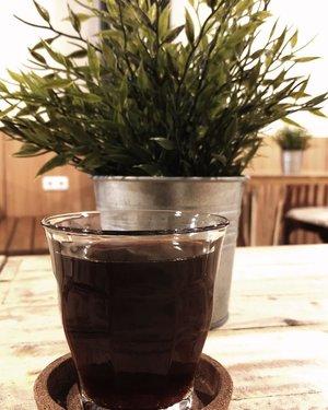 Cuti tengah minggu plus hari kejepit tuh enak juga ya ternyata. 😈😈 *ditoyor sama yang pada masuk kantor*.....#coffee #blackcoffee #v60 #manualbrew #caffeine #coffeeshop #vibes #clozetteid
