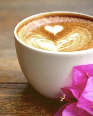 Selamat pagi hari Rabu rasa Senin. Ngopi dulu gih biar waras. 😁.....#coffee #coffeecup #wednesday #midweek #day #addicted #things #travel #blogger #style #vscofilter #latteart #latte #clozetteid