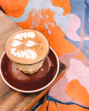 .Apalagi yang bisa ku ceritakan pada gelas kopi ku pagi ini.Masih tentang kamu.Tentang pilihanmu.Tentang kita yang tidak pernah menjadi.Dan tentang kepura-puraan ku melanjutkan hidup.Setidaknya, dia setia mendengarkan......#coffee #latteart #latte #piccolo #coffeeshop #caffeine #instacoffee #addiction #feelings #whp #whpcoffee #shotoniphone #lightroompresets #sunday #weekend #clozetteid