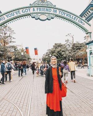The day I decide to go Disney. Agak salah kostum karena sebenernya jadwal semula bukan hari itu ke Disney tuh. Apa daya di Jepang masih muncul beberapa typhoon. Ganti jadwal deh di tengah jalan, yang ga memungkinkan juga buat balik lagi ganti baju. 😅....#disney #disneyland #disneyseatokyo #tokyodisneyresort #amusementpark #playground #japan #wheninjapan #chicinjapan #travel #travelgram #instatravel #shotoniphone #sonyalpha #ootd #clozetteid