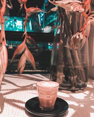 Selamat siang dari Jogjakarta yang gerah bener hari ini. 😅 . . . . . #coffee #morning #latte #latteart #coffeeshop #jogjakarta #travel #travelgram #instatravel #lightroompresets #shotoniphone #instadaily #instagood #instamood #instamoment #clozetteid