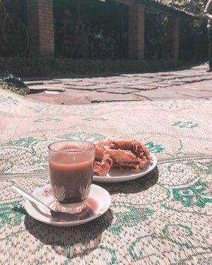 Starting the day in Jogja with kopi dan pisang goreng yang fenomenal itu. 😂 Dulu ke sini masih sepi banget, masih bebas bisa duduk di mana aja. Sekarang, sejak tempat ini jadi semacam lokasi wajib kunjung,  kalo dateng kesiangan dikit, jangan harap bisa duduk-duduk di pawon. Bisa lesehan tiker di luar aja udah bagus banget. Masalahnya cuma satu, PANAS COY! 🤣 . . . . . #coffee #morning #kopiklotokpakem #coffeeshop #jogjakarta #travel #travelgram #instatravel #lightroompresets #shotoniphone #instadaily #instagood #instamood #instamoment #clozetteid