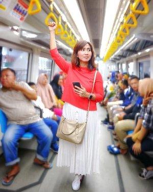 Hari terakhir di Palembang, ga afdol kalo ga nyobain jalan-jalan naik LRT pertama di Indonesia yang ada di Palembang ini. 😂 Sebelum kita nyobain LRT Jakarta yang lagi uji coba itu. . Despite beberapa peraturan yang rada aneh, oke juga nih Palembang punya LRT. Semoga ke depan jalurnya meluas ya. . 📷 by @i_hairida & @deddyhuang . . . . . #lrt #lrtpalembang #publictransportation #masstransportation #citytransportation #palembang #city #citystralling #getaway #travel #travelgram #chicinPalembang #vsco #clozetteid