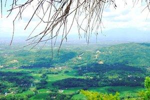 Ke sini atas nama penasaran dan karena nama lokasinya mirip sama nama gue. Hahahahaha. . Iya. Secetek itu. Namanya juga jalan-jalan. Yang susah mah di kantor aja. 😂 . . . . . #scenery #nature #green #sky #skyline #valley #cliff #yogyakarta #jogja #puncakbecici #travel #travelgram #instatravel #travelblogger #traveling #blogger #sonyalpha #vsco #instadaily #instagood #instamood #clozetteid #like4like