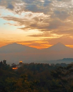 Surely solitude is the right state for the sunrise gazer. . . . . . #sunrise #gazer #nature #scenery #wheninjogja #punthuksetumbu #centraljava #magelang #wheninmagelang #travel #travelgram #instatravel #travelstory #shotoniphone #clozetteid