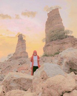 Sempet jadi lokasi hits pada masanya, di mana hampir setiap orang yang gue kenal posting photo di sini. Kemarin sepi sih. Cuma segelintir orang. Apa karena sudah menjelang senja? 😁.....#browncanyon #browncanyonsemarang #stonepark #stonemining #miningsite #wheninsemarang #semarang #travel #travelgram #instatravel #dawn #senja #sky #nature #scenery #shotoniphone #ootd #whpsunset #clozetteid