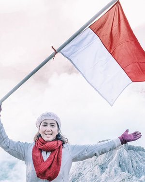 A Year ago. When I manage to hike to Ijen Crater and really done it. Happy Independence Day, Indonesia! 🇮🇩 . . . . . #independenceday #indonesiaindependenceday #indonesiaindepenceday74 #merahputih #redwhiteflag #indonesia #kawahijen #banyuwangi #eastjava #travel #travelgram #instatravel #ijencrater #hiking #sonyalpha #lightroompresets #clozetteid