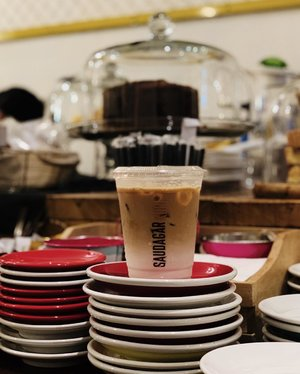 I'm not a fans of ice coffee. Tapi posting pesanan orang ga apa-apa juga kan ya? 😆😆.....#coffee #kopi #icecoffee #icecoffeelatte #coffeeshop #caffeine #addiction #dailyroutine #frame #shotoniphone #vsco #jakarta #time #whpcoffee #whpcolorplay #instadaily #clozetteid