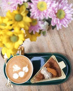 Mulai kehabisan stock photo kopi di coffee shop dan kehabisan ide motret kopi di rumah karena kopinya gitu-gitu aja. Tapi mau ke coffee shop kan juga parno ya. 🤣🤣🤣 Kangen juga bisa bebas motret cangkir kopi ngga pake parno sama virus. Huuuuft......#coffeetime #coffee #caffeine #latte #latteart #coffeeshop #lightroompresets #shotoniphone #instadaily #instagood #instamood #instamoment #clozetteid