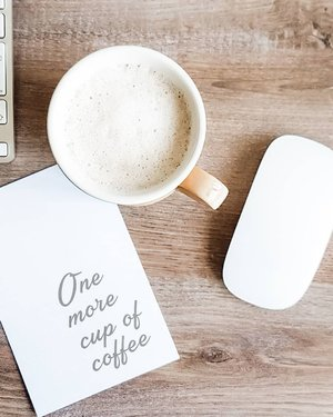 Minggu pagi dan hujan. Selalu ada alasan buat nambah kopi satu gelas lagi. 😁.....#coffeetime #coffee #caffeine #latte #sunday #morning #rainy #lightroompresets #shotoniphone #instadaily #instagood #instamood #instamoment #clozetteid