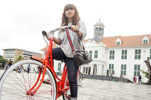 What to do in Jakarta Old Town (1)..Taking ride on colorful bike in Fatahillah Park in front of Jakarta History Museum like any other tourist do and take a snap with all the touristy stuff around. 😁.....#jakarta #jakartaoldtown #kotatua #travel #getaway #city #travelblogger #sonyalpha #instadaily #instagood #ootd #clozetteid