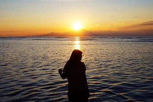 Hey, you know how much I miss sunset by the beach as much as I miss you? ☺️ . . . . . . #sunset #sunsetporn #beach #gilitrawangan #rinjani #lombok #travel #traveling #instatravel #travelgram #blogger #travelblogger #instadaily #instamood #instagood #instamoment #clozetteid #like4like