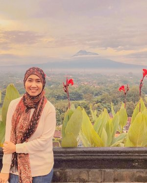 Jogja mendung dan hujan sore ini, jadi ngga ada sunset di Ratu Boko. Tapi Gunung Merapi malah menunjukan diri. Ya udah lah photo sama Merapi aja, ngga photo sama candi. 😂.....#candiratuboko #keratonratuboko #merapi #gunungmerapi #merapimountain #jogjakarta #wheninjogja #explorejogja #travel #travelgram #instatravel #passionpassport #shotoniphone #sunset #scenery #nature #clozetteid
