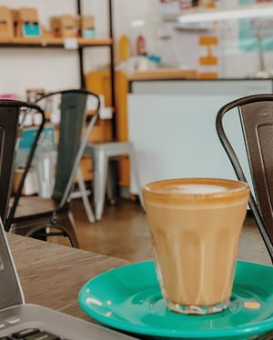 Baru ngeh kalo Jumat tuh hari kejepit. Cuti lagi apa ya? *menatap email-email yang mesti dijawab sambil ngopi* 😆 . . . . . #coffee #coffeeshop #work #caffeine #addiction #piccolo #midweek #holiday #shotoniphone #vsco #clozetteid