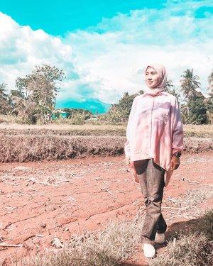 Niatnya photo latar Gunung Merapi karena sebelumnya cerah banget dan jelas banget. Eh pas giliran photo, ketutup awan. Kan kesel yaaaaa... 🙄.....#scenery #nature  #field #kopiklotok #merapi #jogjakarta #wheninjogja #jogja #travel #travelgram #instatravel #traveling #ootd #clozetteid