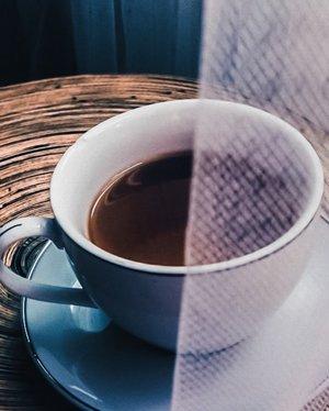 Selamat pagi di hari Rabu tapi rasa hari Senin buat kalian-kalian yang abis cuti kayak saya. Seneng deh dateng ngantor udah Rabu, trus lusa udah weekend lagi. Tiap minggu aja lah kayak gini. 👻👻👻.....#coffee #blackcoffee #morning #midweek #life #balance #vsco #cup #light #instadaily #instacoffee #instatravel #blogger #clozetteid