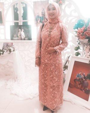Ternyata belum nge-post #ootd dan #motd kawinan adek gue kemaren. 😆😆😆 Kebaya yang sempet bongkar pasang kemaren karena bingung antara mau bikin kebaya pendek atau baju panjang, dan make-up yang awalnya ntah kenapa awalnya jadi coklat di muka gue trus gue bongkar pas resepsi. Akhirnya jadi lah begitu. 😂.....#outfitoftheday #ootd #makeupoftheday #wedding #dress #motd #weddingdress #weddingreception #kebaya #instadaily #instagood #clozetteid