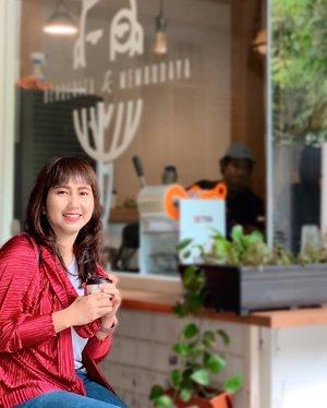 """Early morning flight yang bikin ngga sempet ngopi, membawa saya menemukan coffee shop lucu ini di Surabaya. Berbekal key words """"coffee shop near me"""" di  Google dan nanya Bapak supir lokasinya jauh apa ngga dari posisi kami, sampai lah kami di sini. Pesen kopi, photo-photo, trus langsung pergi karena ngejar waktu mau ke Madura. 😂 Pas di jalan baru googling lagi dan baca kalo coffee shop ini ada di film Aruna dan Lidahnya. Sayang kemaren ga bisa lama-lama di situ. Perlu diulang tampaknya kapan-kapan ke Surabaya. 😂 . . . . . #coffee #coffeeshop #caffeine #addict #dailyroutine #jokopi #kopisusublusukan #surabaya #travel #travelgram #instatravel #shotoniphone #vscofilter #clozetteid #ootd"""
