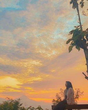 Harus bangun jam 3 pagi trus jalan ke Magelang. Ngga pake mandi tentunya. Naiknya ngos-ngosan karena jalan kaki mendaki ke atas bukit. But the view was worth the sleepy head and the sweat. Untung ngga mendung. 😂😂😂 . . . . #sunrise #punthuksetumbu #magelang #wheninjogja #nature #scenery #morningdusk #vibes #vacation #getaway #whpsunrise #shotoniphone #travel #travelgram #instatravel #clozetteid