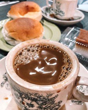 Not an aesthetic photo coffee, I know. But this place is a must visit in Pontianak for breakfast. Buka dari jam 3 pagi (yes you read it!), yang bikin legend sebenernya adalah Kokoh yang bikin kopinya yang ada di slide ke 2. Selalu topless sejak dulu kala. 😂 Anyway, kopinya enak + roti srikaya tentunya. 👌 . . . . . #coffee #coffeeshop #warungkopiasiang #pontianak #kopisusu #westkalimantan #travel #travelgram #instatravel #shotoniphone #lightroompresets #clozetteid