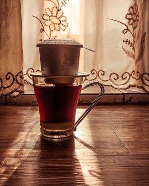 Sobat shadow di akhir weekend yang tinggal beberapa jam lagi. Besok udah Senin. Hffft......#coffee #caffeine #addiction #latte #vietnamdrip #shotoniphone #quite #shadow #sunday #evening #clozetteid