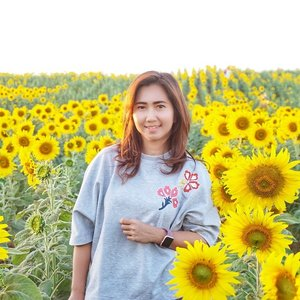 I was in love with sunflowers once. Dulu pernah minta nyokap nanem di rumah, just to remind me to go home wherever I go. And she did. Nyokap nanem sunflowers di depan pager rumah. Cakep. Sayang di Indonesia mah orang ngga bisa cakep dikit, abis lah dijarah tangan-tangan nakal. Abis itu nyokap males nanem lagi. Karena nyari bibitnya juga susah. . Lupa kenapa dulu sempet suka bunga matahari. Yang saya inget, saya suka pecinta sunset lalu memutuskan untuk suka bunga matahari. Ya gitu aja. Kadang suka memang tidak butuh banyak alasan. Bukan begitu? 😁 . Kalian suka bunga apa? . . . . . #sunflower #field #garden #sun #yellow #maneesornfarm #thailand #khaoyai #chicinthai #travel #travelgram #instatravel #sonyalpha #sonya6000 #vsco #blogger #travelblogger #instadaily #instamoment #instagood #instamood #ootd #clozetteid #like4like