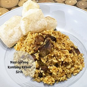 Kangen salah satu street food legend di Jakarta, dijadiin breakfast aja deh 😁.Nasi Goreng Kebon Sirih (5 porsi)Bahan-bahan: - Daging kambing 300gr- Nasi Putih 4piring- 5cm kayu manis (geprek)- Air santan 100mlBumbu halus:- Bawang merah 10butir- Bawang putih 5butir- 1/2 sdt adas- 1/2 sdt jinten- 1sdm ketumbar bubuk- 1sdt lada putih- 6bh cengkeh- 3bh kapulaga- 1sdm bubuk kariCara membuat:- tumis kayumanis dan bumbu halus- masukan daging kambing, aduk sampai rata.- masukan air santan, tambahkan garam dan gula. Aduk hingga kuah mengental.- masukan nasi putih dan kecap, aduk hingga merata. Koreksi rasa, aduk lagi sampai nasi agak mengering.- Done 😄.Note: - daging kambingnya aku presto dulu supaya empuk, air kaldunya aku campur santan karena bikin rasa nasi goreng lebih gurih 😊- karena ngga doyan acar, aku ganti rambak sapi 😆...#monday #mondaymood #cooking #cookingathome #cookingwithlove #blogger #momblogger #lifestyleblogger #clozetteid