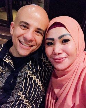 The World of The Married versi aku... Suami Kerja Istri Belanja 🥳...#husbandandwife #wefie #blogger #momblogger #lifestyleblogger #clozetteid