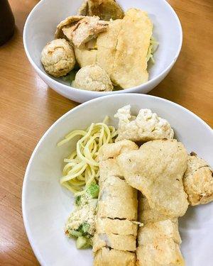 Kuliner jalan sabang PART1,  pempek cawan putih, i ordered pempek adaan, kapal selam, kulit... my husband ordered lenjer, adaan, kapal selam kecil, keriting... suka banget... kuahnya manis asem 'mahteh' banget... pempeknya wangi ikan banget dan gurih.. enaaaak #pempek #kuliner #kulinersabang #kulinerjalansabang #pempekpalembang #pempekonline #culinary #delicious #clozetteid #foodie #foodism #foodphotography