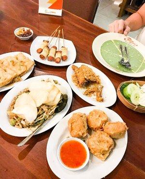 Masakan Indonesia teteup nomor 1 atuh! Apalagi masakan sunda ❤️ ada ayam goreng, karedok, tahu isi,tempe mendoan.. (banyak banget ya?) cemilannya sate sosis goreng dililit pakai mie :) #indonesianfood #kuring #sundafood #cullinary #indonesiacullinary #delicious #clozetteid