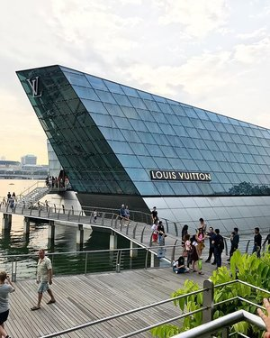 beautiful LV store in MBs singapore #louisvuitton #lvstore #travel #traveller #travellove #travellers #travelling #igtravel #singapore #mbssingapore #clozetteid #instagood #instadaily