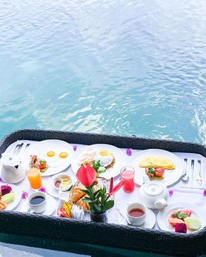 """""""What's for breakfast?"""" 🐧🐧 """"well, floating breakfast with lots of carbo is enough for me 🤭"""" hahahaha #floatingbreakfast #breakfast #latepost #pictureoftheday #breakfastideas #clozetteid #instagram"""