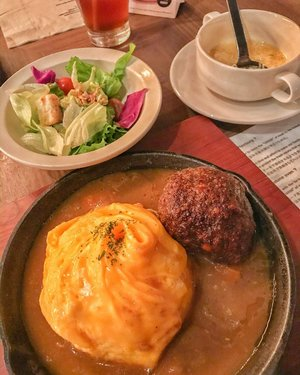 Delicious Hamburg Steak Curry with salad and corn soup 🍛 🍘🥗 #hamburgsteak #curry #hamburgcurry #salad #cornsoup #delicious #foodie #foodism #foodphotography #foodstagram #clozetteid