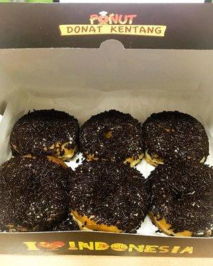 Disini ada yang suka banget juga sama @ponuts_id kah? 🍩🍩🍩 #ponut #doughnuts #doughnut #doughnuts🍩 #chocolatedough #chocolatedoughnut #foodie #sweets #dessert #desserts #instafood #foodie #foodgasm #foodblogger #foodstagram #clozetteid